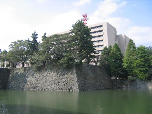 石垣の上は現代の建物でした!<br /><br />せっかく立派な土台があるのだから<br />もっと城っぽく建てればいいのに。<br /><br />でも税金が使われるなら無駄遣いは<br />できませんからね。