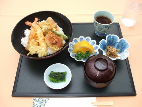 ここのランチメニューの中で、私が一番好きなのが「天丼(写真:1260円、税込・サ別)」である。日本料理店「花いずみ」の揚げたての天ぷらが味わえる。