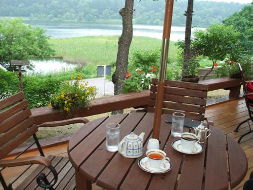 食後のコーヒー・紅茶(写真)はこのテラス席で頂く。美しい女神湖を眺めながら妻と、また友人夫妻ととりとめのないお喋りをする。