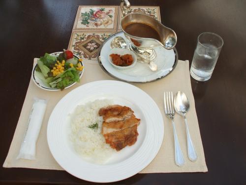 ある日の昼食、私はガーデンテラスで「チキンカレー(写真:1260円、税込・サ別)を注文した。適度に辛くてうまい。