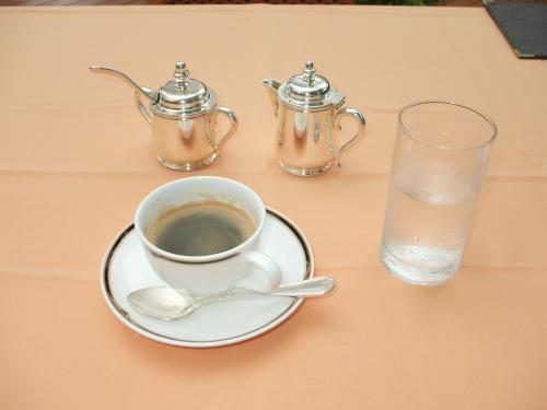 食後のコーヒー(写真)は必需品。少し寒くなってきたのでレストラン内に移動して、コーヒーをゆっくり味わう。