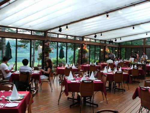 フラワーガーデンテラスの夕食(写真)のはじまり。夕暮れの女神湖を眺めながらロマンティックなディナータイムが楽しめる。