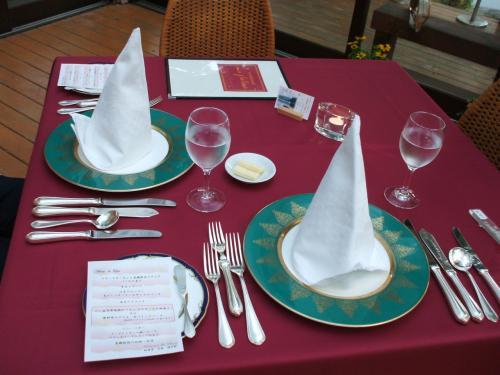 本日の料理は5250円の「ル・ラック」コース。1泊2食付エンジョイプラン(9900円、税込・サ別、メンバー料金)に含まれている。