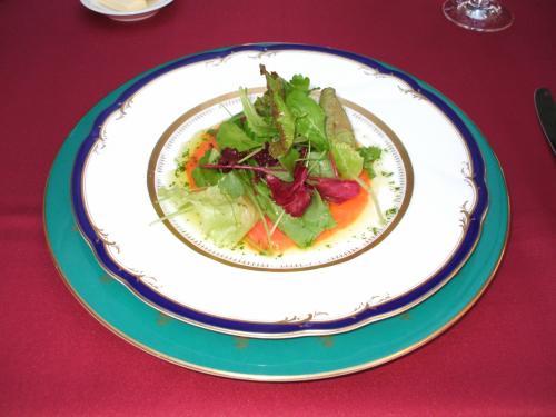 オードブル(写真):スモークサーモンと有機野菜のサラダ、バジルの香り