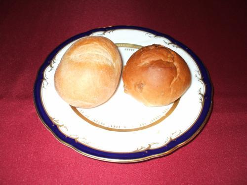 パン2種類(写真)、暖かくて美味しい。お代わりをもらう。