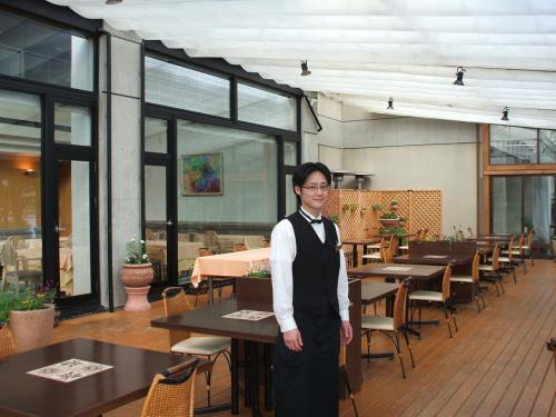 いつもお世話になっている「ル・プラトー」のウエイター、市丸さん(写真)。若手スタッフの中心として活躍している。ソムリエの臼田さんからもよく料理の説明を聞く。リゾートホテルに顔見知りのスタッフがいるというのは嬉しいものである。