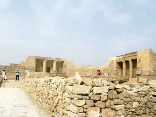 なぜかピラミッド周辺の貴族の墓が好きな私。ルクソールのものほどきれいにしてないので、「人の墓に思わず入っちゃった」という感じが何とも言えず…。<br /><br />それに、古王国時代のレリーフ、やっぱいいですよ〜。ツタンカーメンもラムセス2世もいないけど、エジプトっていえばやっぱ古王国ですよねえ。(新王国の都ルクソールに行くと、また考え変わったりして)
