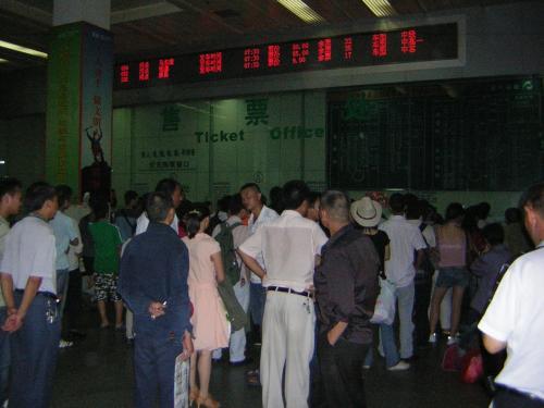 茶店子車站<br /><br />翌朝、今日は茶店子車站6時30分発の長距離バスで四姑娘山へ行きます。<br /><br />観華YH5:30出発、5:45に茶店子車站着、TAXI代21元。6:00茶店子汽車站開門。<br /><br />バスの切符は、事前に観華青年旅舎へ予約。昨夜YH到着時に受け取りました。(切符代66元、手数料50元)<br />*成都出発の長距離バスの時刻・切符売れ行き状況は、次のサイトで調べれます。<br />http://www.cdgzcx.com/sceneInf.do?type=jttd<br />四姑娘山行きバスは、当日でも買えそうですが、オンシーズンは前日には売り切れてしまいます。<br />BUS時刻:6:30, 7:00, 7:30発の3本です。<br /><br /><br />