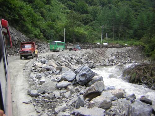 四姑娘山への道<br /><br />確かに、臥龍〜日隆鎮間は道路拡幅の基礎工事だけはほぼ終了しているものの、至る所で工事中で全線ガタガタ道。まだまだ重機を投入しての工事が随所で必要な感じでした。<br /><br />一旦重機作業が入れば、いつバスの運航中止や、旅行社のツアーが中止されてもおかしくないなぁ〜〜〜。<br /><br />〓〓〓と思って帰国すると〓〓〓・・・<br />11月30日まで四姑娘山の道路封鎖が発表されていました。<br />*四川省交通庁公路局 http://www.scgl.net/doc.asp?newsID=5103<br />*阿壩州交通局 http://www.sgns.gov.cn/Article_Show.asp?ArticleID=444<br /><br />迂回路は、少し遠回りですが、路線バスで成都〜丹巴。丹巴からは小金経由で日隆に行けます。<br />丹巴―小金、小金―日隆は、共に乗り合いの軽四ワゴン車が10分〜20分に1台位の割合で頻発して、各間約1時間半で行けます。料金は各20元です。(北の馬尓康経由でも行けますが)<br />