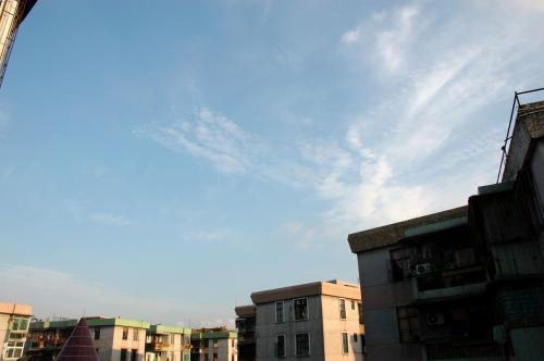 香港旅行記を、中文ブログでも紹介しています。<br />言葉のボキャが少ないので、内容は乏しいけど、写真は大きめで見応え有りです。<br />http://hi.88trip.com/koma/25928.htm<br /><br /><br />さて、今年もやってきました「ビザ更新」。<br />いつもは6月だけど、帰国と重なって、7月末まで延びちゃいました。<br />ビザ無しで入国してきたので、1ヶ月得したかも♡<br /><br />初日の第1集は、香港までの様子をお届けします!