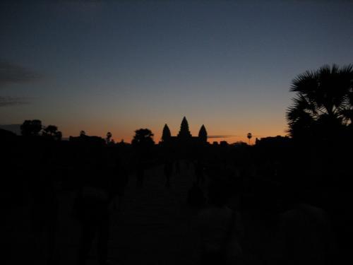 朝4時起床。5時出発でアンコールワットのサンライズ観光へ。到着した時はまだ夜明け前。