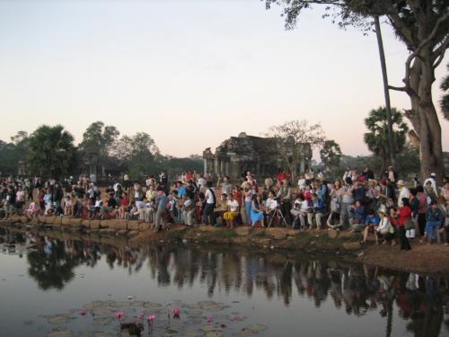 聖池の前で夜明けを見つめる人々。今、アンコールは観光客でいっぱいです。