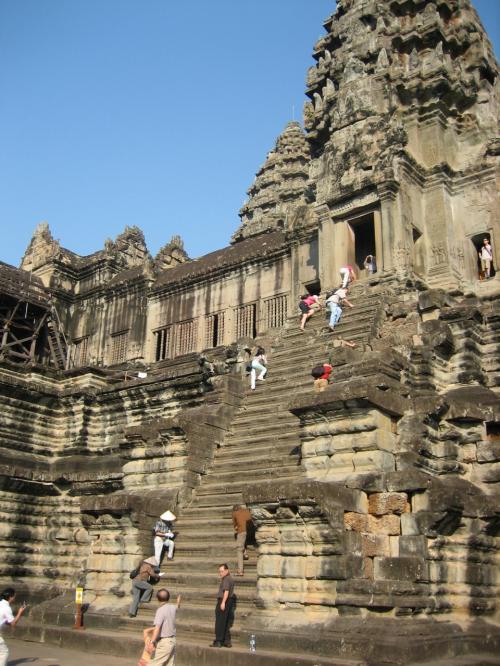 第3回廊へ。この階段を登っていく。行きはよいが、帰りは怖い急階段。