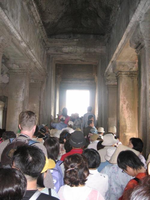 第3回廊内部。唯一の手すりつき下り階段に並ぶ人々。こちらも観光客でいっぱいです。