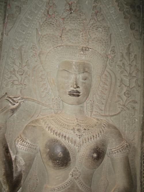 内部には華麗な彫刻がぎっしり。この女神、さわられてばかり!?