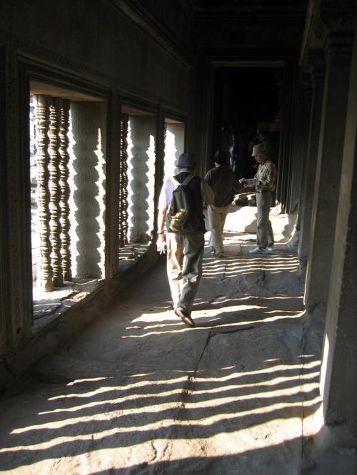 格子戸から差し込む光がきれいな回廊。
