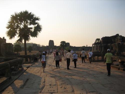 そして、観光客の皆さんも参道を下っていきます。
