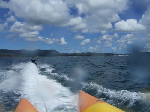 【4日目】<br />今日はのんびりコースです。<br />「オーシャン・ジェット・クラブ」でビーチでゴロゴロして、マリンアクティビティを楽しみます。<br />定番の「バナナボート」と「ジェットスキー」をやりました。<br /><br />この2つも楽しかったのですが、なによりお勧めなのが、「スクリーマー」です。<br />2人乗りの浮き板みたいなものにしがみ付いて、それを引っ張ってもらうのですが、すごい迫力です。<br />これやっちゃうと、バナナボートが、かすんでしまうくらいの大興奮でした。<br />