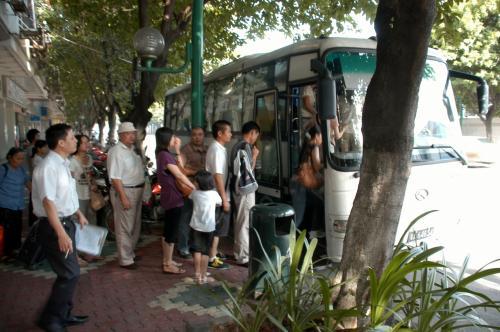始発バスは8時15分発。<br /><br />バスは指定席ではありませんが、「切符がある人=席がある」と言う人数計算がされているようです。<br />信じていませんけど。
