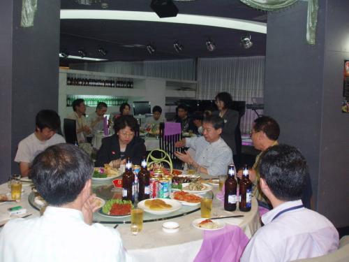 懇親会では新入会員、遠方からの参加者紹介もありました。