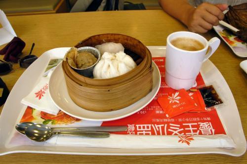 こまは、香港らしく飲茶にしました。<br />ただ、習慣で珈琲を付けたのは失敗でした。(^灬^;