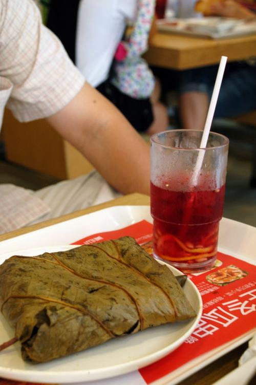爺ぃと次男坊は「糯米鶏套餐(鶏肉粽)」。<br />朝から重たぁ〜。。。<br /><br />この赤いジュースは紅○茶。<br />香港紅茶のようにバカ甘くはなく、サッパリした感じで、お茶と言うよりジュースって感じです。<br /><br />明日はこまもこれ飲みます!!!