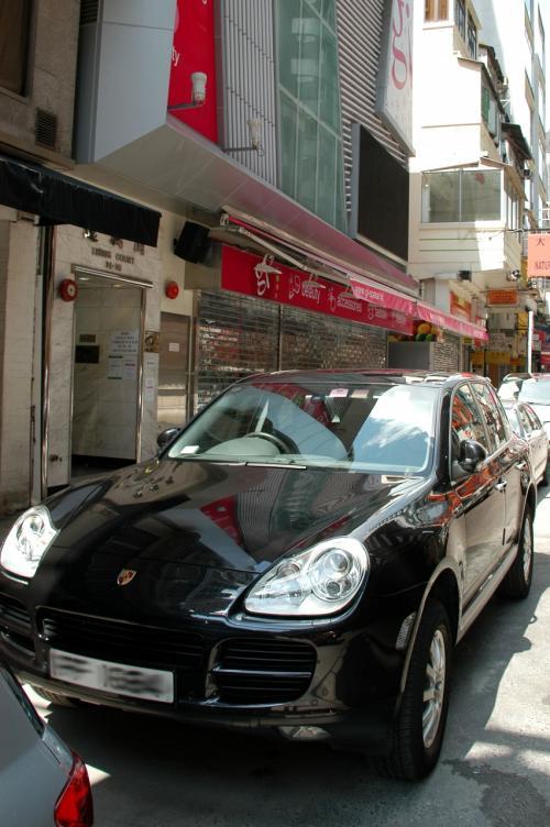 おお!<br />去年も見た、ポルシェのRV「Cayenne Hybrid」!!<br /><br />綺麗な女性が持ち主でした。<br /><br />でも、駐車場持ってないのかなぁ・・・<br />こんな高級車、路駐ってのも危なっかしい!!<br />