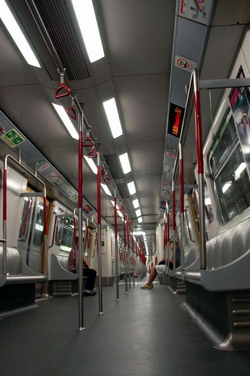 香港仔へ向かいます。<br />海上で、船上生活している人が居るそうです。<br /><br />香港の地下鉄の中はとても清潔!<br />本国とは全然違いますね。<br /><br />