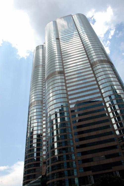 """地上に出ると、丁度""""Exchange Square大楼""""が見えていました。<br /><br />マンションとテナントとが同居する近代設備のビルです。"""