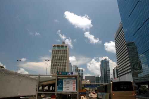 係の人に尋ね、香港仔行きが75路などだと判った時、早速75路が出ようとしているのを発見!<br /><br />直ぐに飛び乗りました!<br /><br />2階建てバスからの眺めはダイナミックですね。