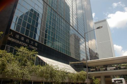 硝子張りのビルにビルが映し出されています。<br />狭い香港ならではの演出。<br /><br />入境事務大楼ですって。