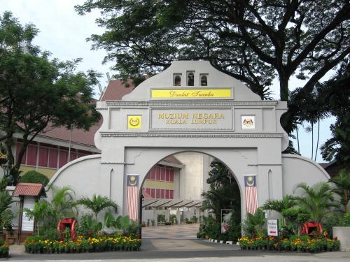 次の見学地はマレーシア国立博物館です。前身のセランゴール博物館は、1945年にアメリカのB29に誤爆され、収蔵品の大半を消失した歴史を持ちます。