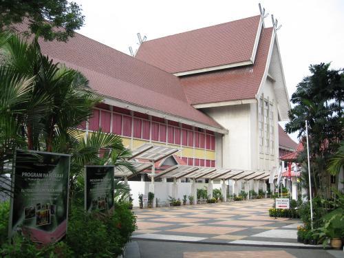 赤い屋根の白い壁のマレー様式の建築物です。こちら側には正面玄関はありませんでした。左手に回った方角が建物入口です。