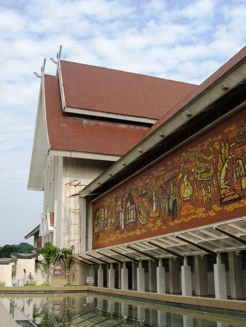 建物の側面をぐるりと回って、正面玄関近くに来ました。その手前に壁画あり、現地ガイドさんがマレーシアの歴史を簡単に説明してくれました。