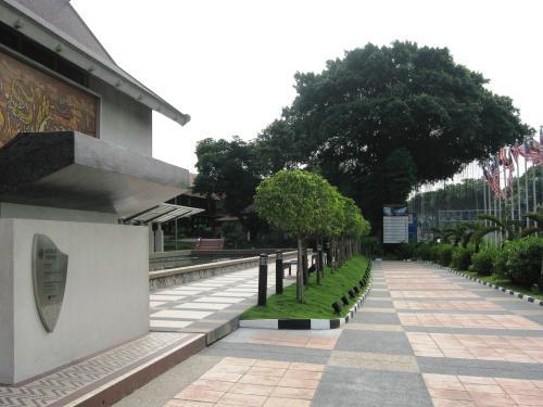 玄関前の光景です。先程ガイドさんに説明をお聞きしたマレーシアの歴史絵巻が、左手に見えます。