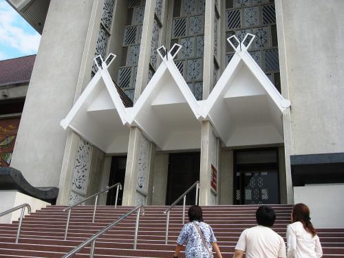 国立博物館の正面玄関です。全体はマレー様式の建築物です。モランゴール博物館が、国立博物館として、1963年に再出発しました。