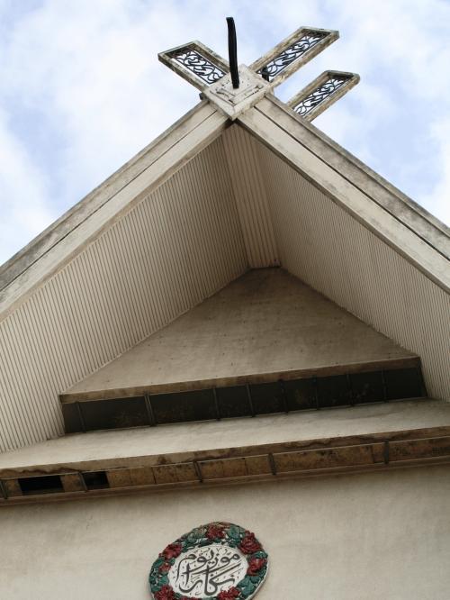 正面玄関の上部の造作です。高床式の建物や、大きくクロスした屋根上の木組みを見ますと、吉野ヶ里遺跡の建物や、伊勢神宮の建物を連想します。