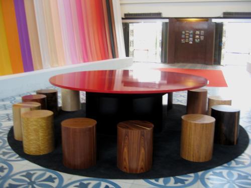 博物館に入場した玄関近くのロビーです。テーブルの周りに、寄木細工の椅子が並んでいました。特産品のようです。