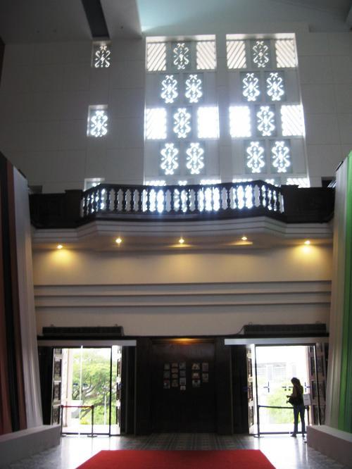 玄関から展示場へ向かう途中の建物内の光景です。壁の明り採りにも工夫が凝らしてありました。