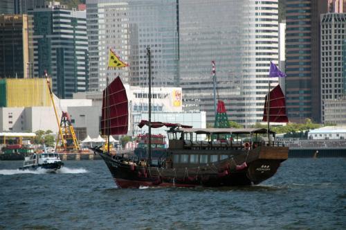 木製の遊覧船も一緒に。
