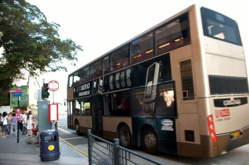 香港では、バスを撮影する人も少なくありません。<br /><br />色んな広告やデザインで、結構カラフル!<br />さっきの埠頭前ロータリーでは、沢山のバスに出会えます。<br />次回はバスも撮ってみたいですね。