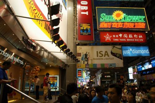 大陸が広告制限を進める中、香港は相変わらず派手派手。<br />でも、個性なので良い感じですね。<br />秩序が守られ、モラルが備わってさえいれば、それはそれで個性にもなる。<br />判らんやろなぁ、大陸官僚には。