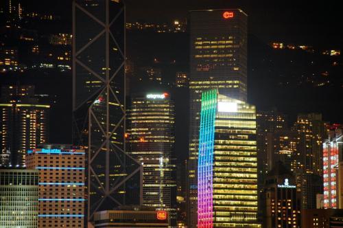 香港島の夜景を楽しみながら、8時半の開始を待っております!