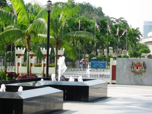 この日、2箇所目の見学地は国家記念碑です。小高い岡の上のレイク・ガーデンの一角にありました。