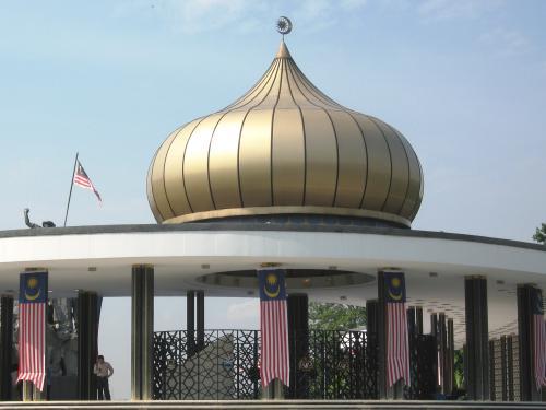 葱坊主のような屋根飾りのアップです。マレーシアがイスラム国家である事を象徴する建物です。