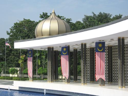 葱坊主のような屋根飾りがあった建物を潜った場所からの撮影です。象徴的な場所らしく、国旗が幾つも飾ってありました。