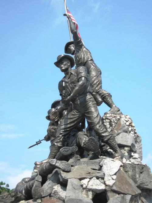 1948年から1960年の戦いで死んだ人を慰霊するブロンズ像のようです。作者は、フェリック・デ・ウェルドンです。ワシントンDCの硫黄島記念碑の作者です。
