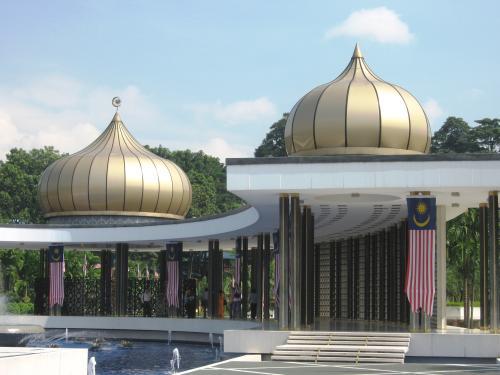泉水の光景を纏めて紹介します。最初は、泉水の脇に建つ、モスク風の建物です。