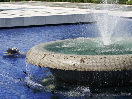 噴水の中央付近です。静かに水を噴出していました。溢れた水が泉水に注いでいました。底の色が緑と青の対比です。