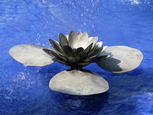 蓮の花の1つのアップです。花も葉も色彩を施さず、金属の地色のままでした。